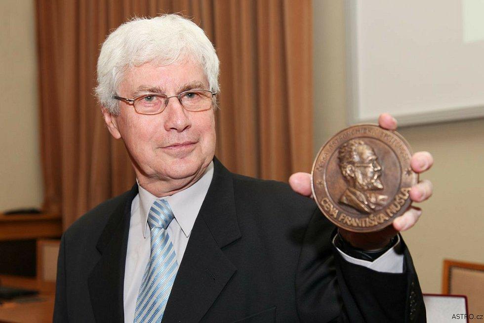Astronom a astrofyzik a současně popularizátor těchto vědních oborů Jiří Grygar.