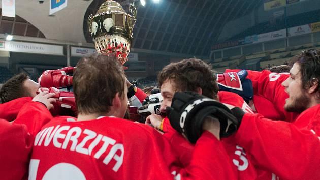 Hráči Univerzity Karlovy se radují z trofeje.