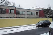 MONTOVANÝ DVOUPODLAŽNÍ DŮM na Ortenově náměstí v Praze 7 by se měl přeměnit na mateřskou školku. V nedávné minulosti zde sídlila pobočka Městské knihovny. Objekt nyní aktuálně užívají již jen dětští lékaři.