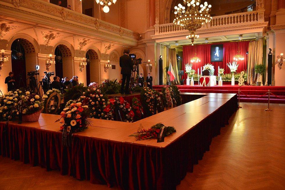 Poslední rozloučení se zpěvákem Karlem Gottem v pražském paláci Žofín.