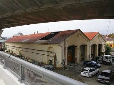Budovy u Husitské ulice. V budoucnu zde zřejmě vznikne železniční muzeum.