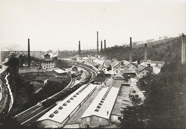Vedle hlubočepského nádraží se rozkládal velký areál továren. Vpravo od trati se nachází rozsáhlý komplex firmy Barta & Tichý, jehož budovy jsou ale dnes již všechny pryč.