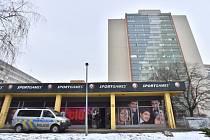 Herna, kterou přepadl dosud neznámý muž.Na místě zasahoval kromě pražských policistů i Útvar rychlého nasazení.