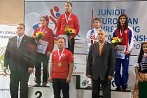 Adéla Hanzlíčková (na stupních vítězů vpravo) si vyzápasila bronzovou medaili na juniorském evropském šampionátu.