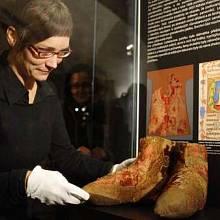 Restaurátorka Alžběta Brabcová instaluje boty, ve kterých byl v 15. století uložen do rakve mladý král Ladislav Pohrobek.