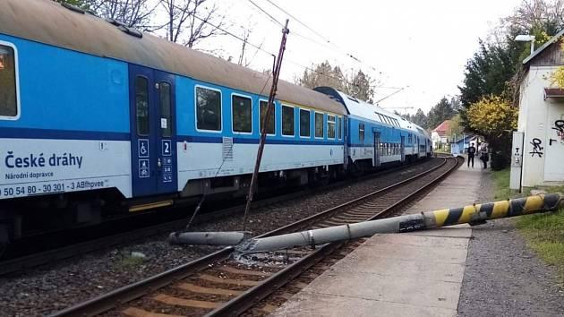 Spadlý sloup zastavil provoz na trati mezi Smíchovem a Dobřichovicemi.