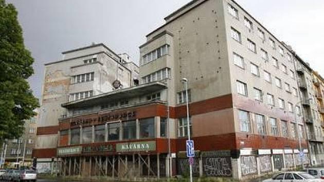 SVĚT. Objekt bývalé libeňské kavárny a restaurace Svět už léta chátrá.