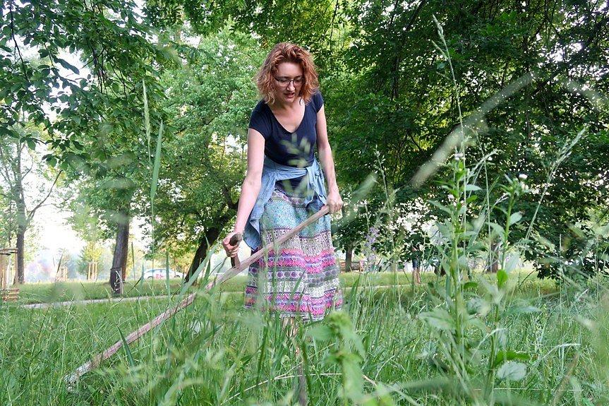 Kosení trávy ve Stromovce.