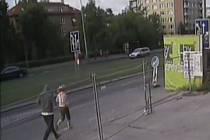 Podle původních informací policie byl ve Strašnicích v polovině srpna napaden 15letý mladík, který se svou o rok mladší kamarádkou právě vystoupil z autobusu na zastávce Plaňanská