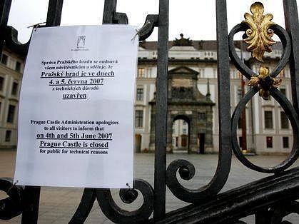 DOČASNĚ NEPŘÍSTUPNÝ HRAD. Kvůli Bushově návštěvě je hrad dočasně uzavřen.
