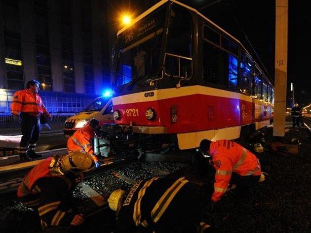Ženu po střetu s tramvají na Žižkově vyprostili hasiči a předali záchranářům, v sanitce ale vážným zraněním podlehla.