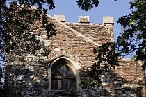 Kamenná vyhlídková věž v lesoparku Cibulka