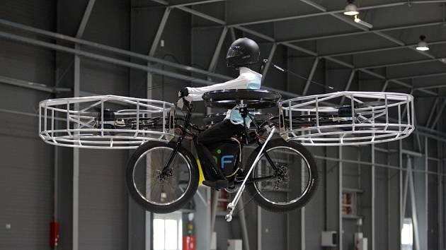 První veřejný let létajícího kola Flying Bike proběhl 12. června v pražských Letňanech.