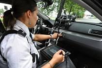 Moderní technika pražské dopravní policie. Superrychlý VW Passat s měřicím a záznamovým zařízením – radarem AD-10 ovládaným tabletem.