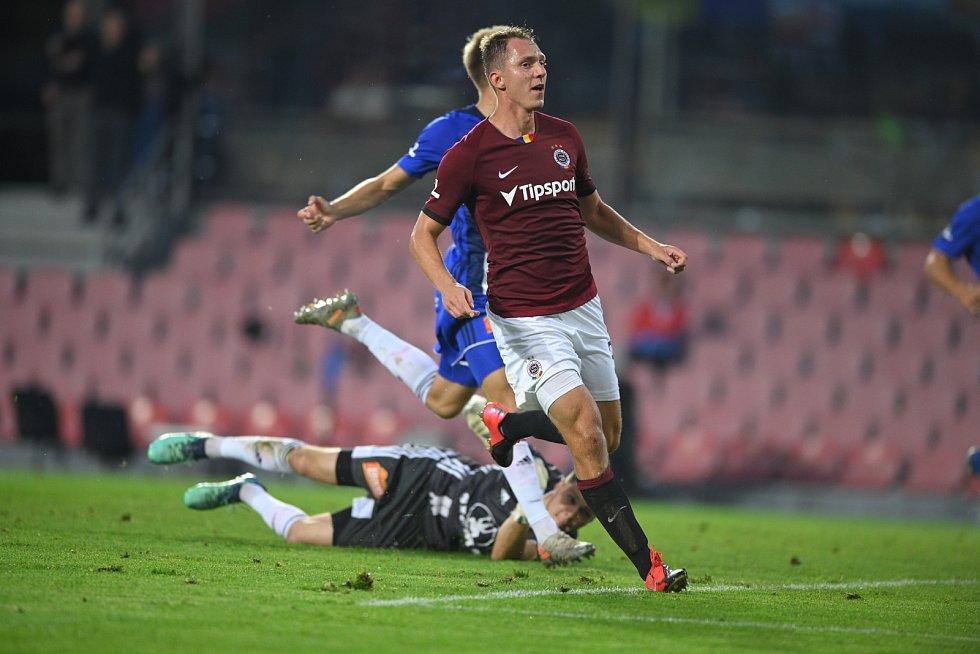 Sparťanský fotbalista Lukáš Juliš se raduje z gólu v utkání proti Olomouci.
