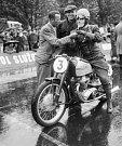 Závod – O závody byl velký zájem a diváci stáli v dešti a zimě, aby závodníky podpořili. Na snímku je zachycen Richard Dusil na českém motocyklu Jawa.