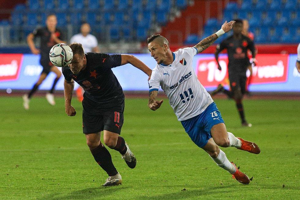 Utkání 6. kola fotbalové Fortuna ligy: FC Baník Ostrava - Slavia Praha, 4. října 2020 v Ostravě. Stanislav Tecl ze Slavie, Jiří Fleišman z Ostravy.
