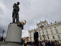 Jiří Drahoš položil květiny u sochy Tomáše Garrigua Masaryka na Hradčanském náměstí.