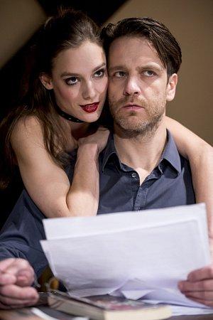 f497bd7ad6b Herci Jana Pidrmanová a Václav Vašák v eroticky laděném představení  divadelní společnosti Prague Shakespeare Company Venuše