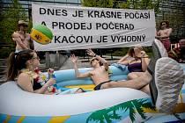 Demonstranti v plavkách protestovali 27. dubna v Praze před sídlem energetické společnosti ČEZ.