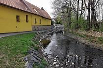 Odstranění povodňových škod na potoku Botič v ulici K Horkám.