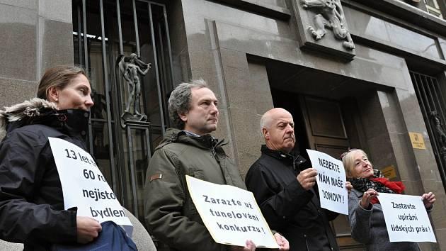 Jasný názor ohledně H-Systemu přišli lidé z Horoměřic vyjádřit ve čtvrtek 30. října 2014 k Městskému soudu v Praze i s vytištěnými hesly v rukou. Doufají, že uspějí a ustupovat by nechtěli.