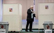 Lidé volili 12. ledna na pražských Lužinách v prvním kole prezidentských voleb.