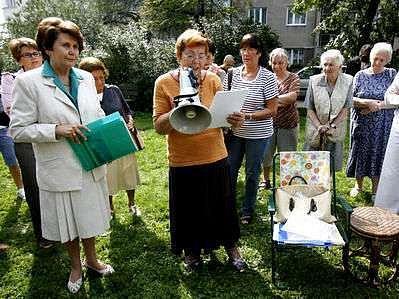 Protestní shromáždění proti záměru Stavební spořitelny prodat v dražbě parčík v Kouřimské ulici.