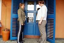 Pětatřicetiletá Tereza (vlevo) s třiatřicetiletou Petrou tvoří nerozlučnou dvojku. Spojila je nemoc, se kterou se obě snaží vypořádat. V Modrém domečku obě pracují jako kavárnice. A společně se také chystají příští rok na výlet.
