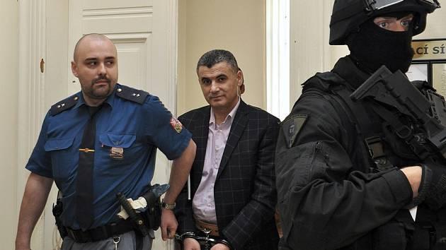 O vydání do USA, kde jim v případě odsouzení hrozí až doživotí, rozhodl ve středu Městský soud v Praze v případě trojice arabsky hovořících cizinců zadržených loni v dubnu v Praze. Konečné slovo ale bude mít ministr spravedlnosti Robert Pelikán.