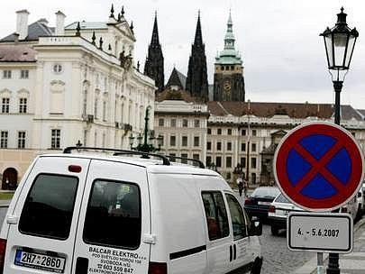 Na Hradčanském náměstí a v jeho okolí jsou již rozmístěny značky se zákazem zastavení.