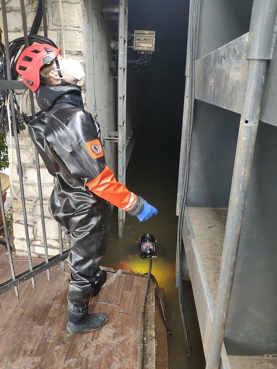 Potápěči a hasiči kontrolují stav uzavřených protipovodňových vrat na Čertovce.