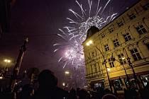 Novoroční ohňostroj sledovaly u Národního divadla v Praze tisíce lidí.