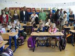 Poprvé přišli prvňáčci i do školy ZŠ Ratibořická 1. září v Praze.