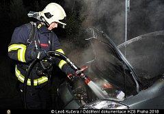 Hasiči zasahovali u požáru auta v Písnici.
