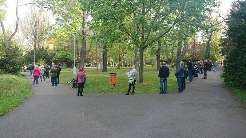 Fronta před testovacím místem v Kateřinské zahradě 24. dubna 2020 ráno.
