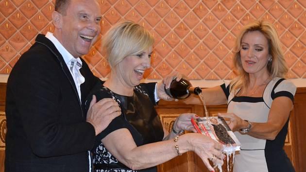 Slavnostní křest knihy o etiketě Evy Filipové (uprostřed). Kmotry se stali herečka Kateřina Brožová a operní pěvec Štefan Margita.