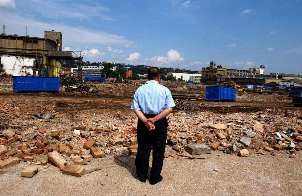 Místo pro arénu. Jedna z továren ČKD, Lokomotivka, jde k zemi. Na jejím místě dnes stojí O2 arena.