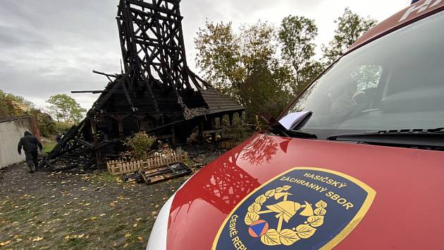 Hasičský vyšetřovatel spolu s policií pátrá po příčině požáru dřevěného kostela sv. Michala v pražské zahradě Kinských.