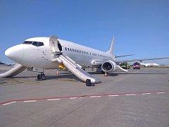 Cestující z Tuniska museli na pražském letišti vystoupit po skluzavce kvůli podezření na oheň v letadle.
