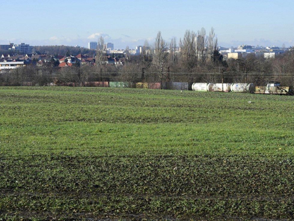 Pozemky v Praze Malešicích, kde by mělo v budoucnu vyrůst železniční překladiště