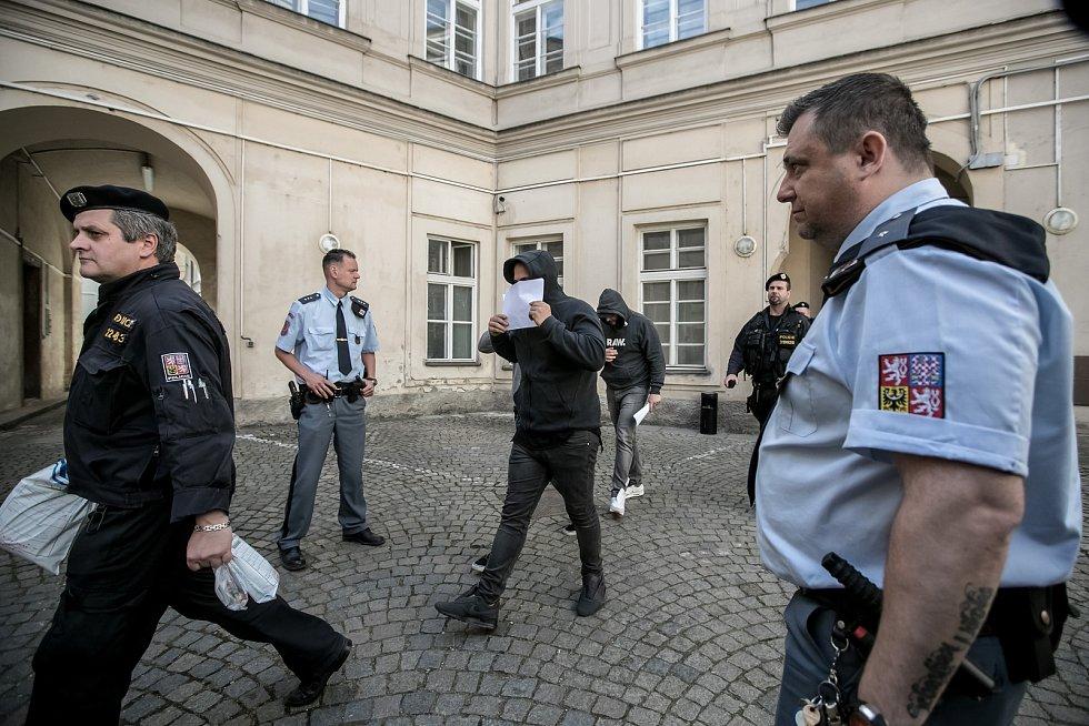 Soud s pěti zadrženými nizozemskými výtržníky, kteří napadli číšníka v centru Prahy.