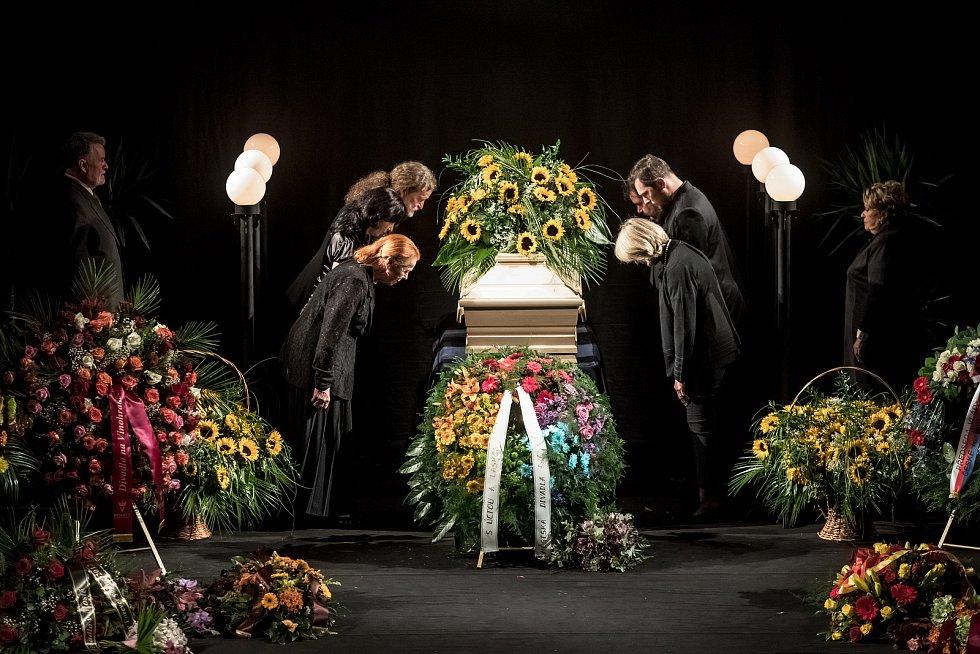 Lidé se přicházeli 5. října rozloučit do pražského divadla ABC s herečkou Květou Fialovou. Na snímku stráž drží Iva Janžurová, Eliška Balzerová