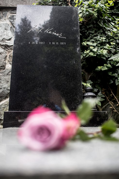 Helena Vondráčková, profesorka fyzika a chemie na pražském Gymnáziu Na Vítězné pláni, položila květinu a poskytla rozhovor Deníku u hrobu Josefa Kainaru 13. června na Slavíně v Praze.