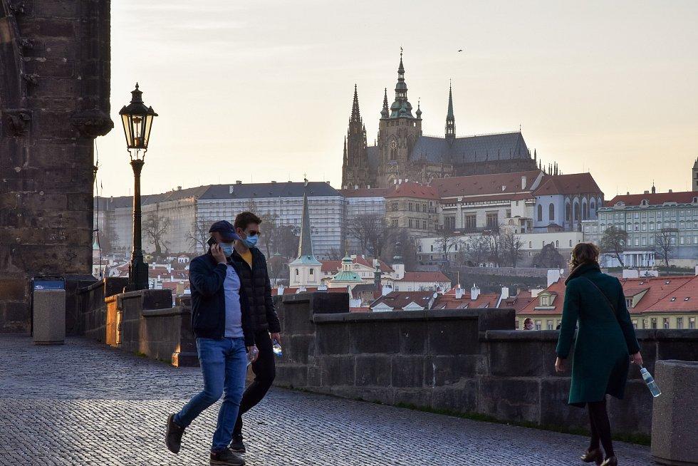 Prázdné ulice Prahy a lidé s rouškami 18. března 2020. Křižovnické náměstí, výhled na Pražský hrad.