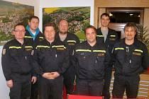 Dobrovolní hasiči z Úholiček v klubovně, ve které se přes zimu schází.