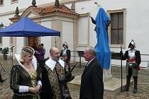 Slavnostní odhalení bronzové sochy Albrechta z Valdštejna na nádvoří paláce, který nechal vystavět. Dnes tu sídlí Senát.