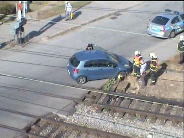 Auto zůstalo stát na přejezdu.