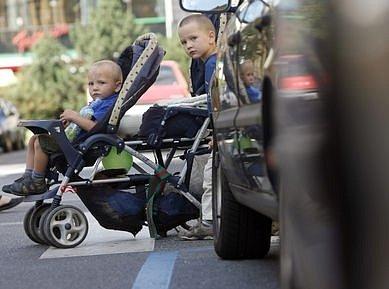 Auta parkující těsně vedle přechodu. Zhoršený výhled nemají jen děti, ale i vozíčkáři nebo matky, které při vstupu do vozovky tlačí kočárek před sebou.