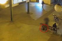 Podezřelý mladík zanechává tašku s atrapou pod lavičkou na Masarykově nádraží.